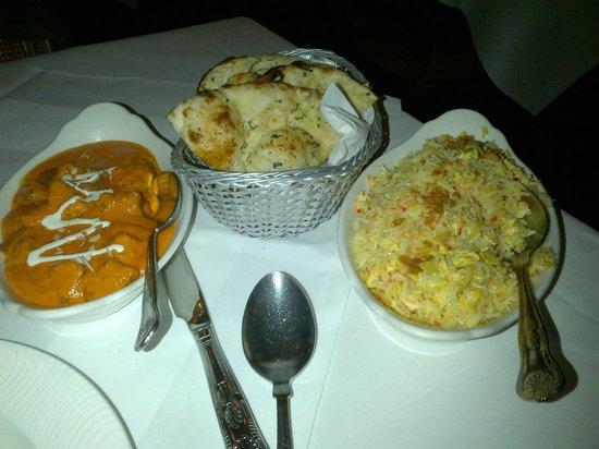 Light of India: Tikka Massala, garlic bread y egg fried rice