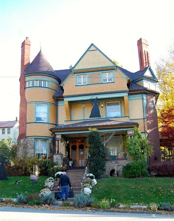 The Queen - A Victorian Bed and Breakfast : The Queen for Halloween