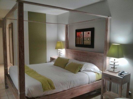 Hôtel La Pagerie : Chambre avec kitchenette. Vue sur piscine.