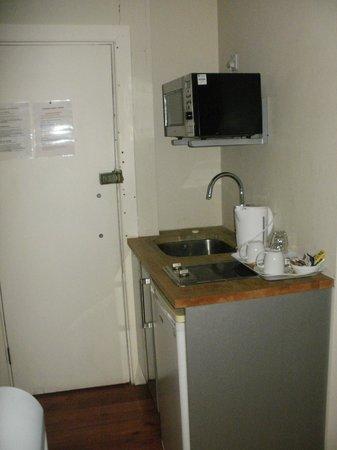 Premier West Hotel: kitchen area