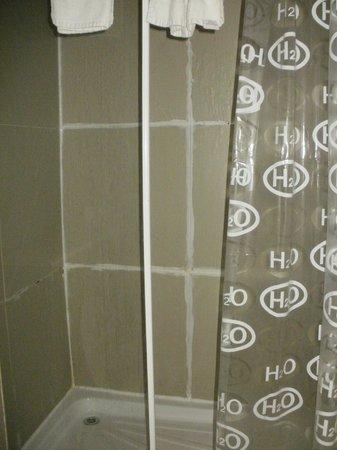 Premier West Hotel: shower