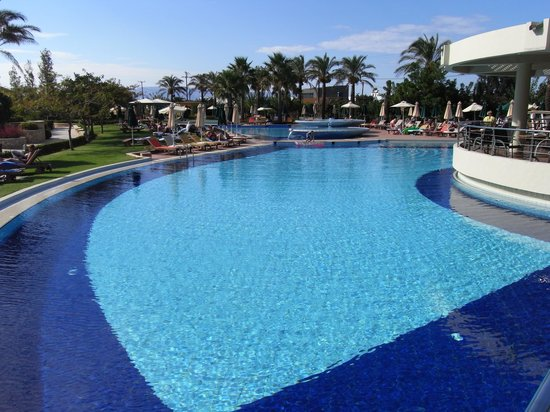 Minoa Palace Resort & Spa: Pool in main part