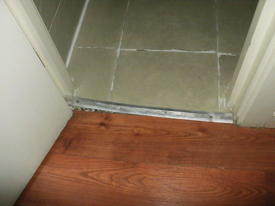 Premier West Hotel: bathroom door