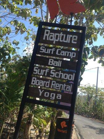 Rapture Surfcamp Bali: Schild beim Eingang