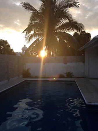 Vivo Escondido Hostel: sunset by the pool