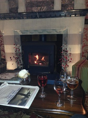 Camelot Castle Hotel: lovely fireside drinks