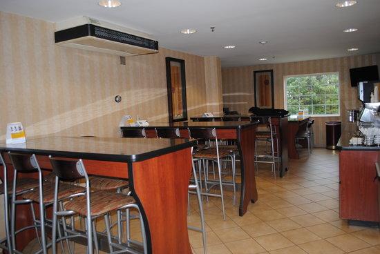 Quality Inn : Breakfast Seating