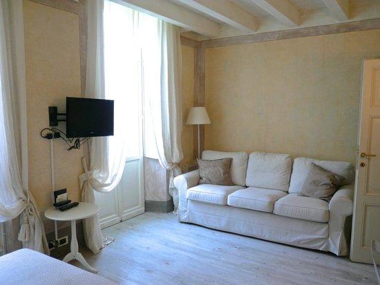 Relais Villa Vittoria: sitting area with balcony doors