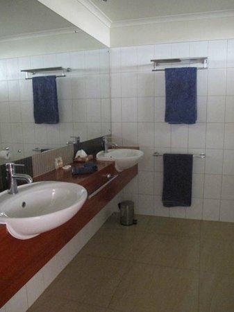Volivoli Beach Resort Fiji: Bathroom with double sinks