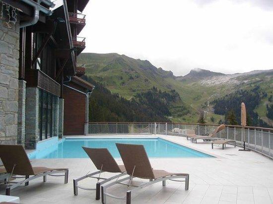 Apartamentos Pierre & Vacances Premium Les Terrasses d'Eos: la piscine extérieure chauffée avec vue sur la montagne
