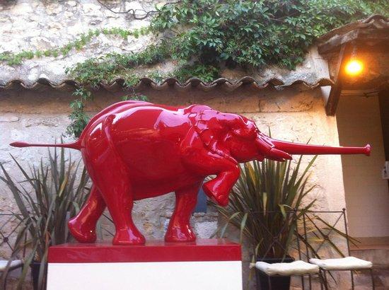L'Abbaye Hotel : Statua corte interna