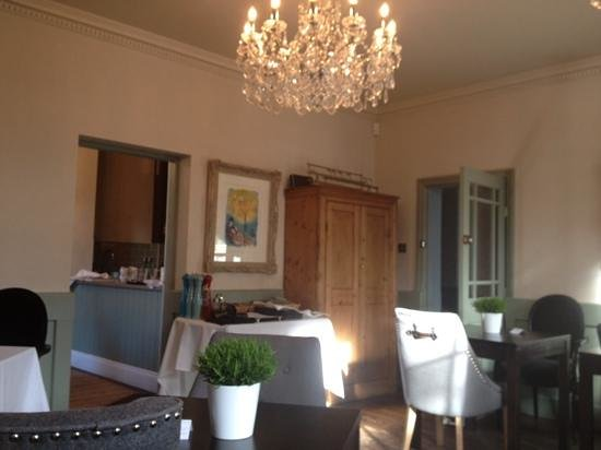 Edgar House: The sunny breakfast room overlooking the Dee