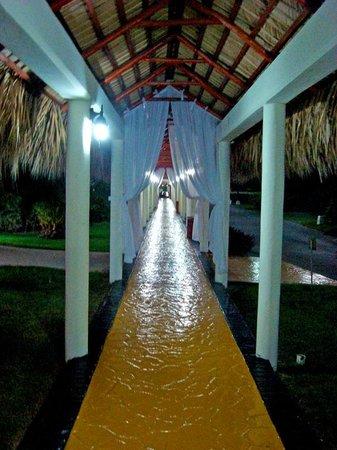 TRS Turquesa Hotel: Covered walkways