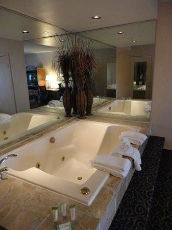 Park Inn by Radisson Harrisburg West : Whirlpool tub