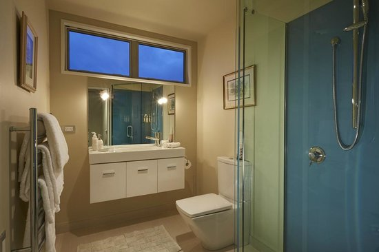 Almyra Waterfront Lodge: Ensuite bathroom with walk-in shower