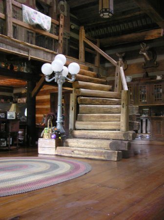 Saltbox Inn: Log Staircase to Jeffersom Island Suite