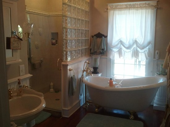 Saltbox Inn: Saltbox Suite Bathroom