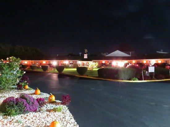 Weathervane Motor Court : Jardín y estacionamiento de noche