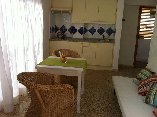 cocina sala - Picture of Apartamentos Villa Nadine, Can Pastilla ...