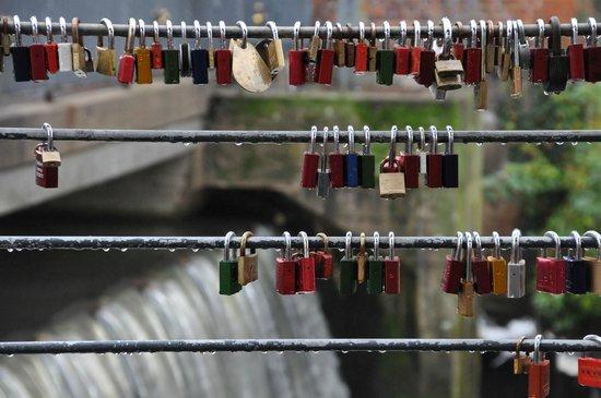 Hotel Bergstrom: Erinnerungsschlösser am Brückengeländer