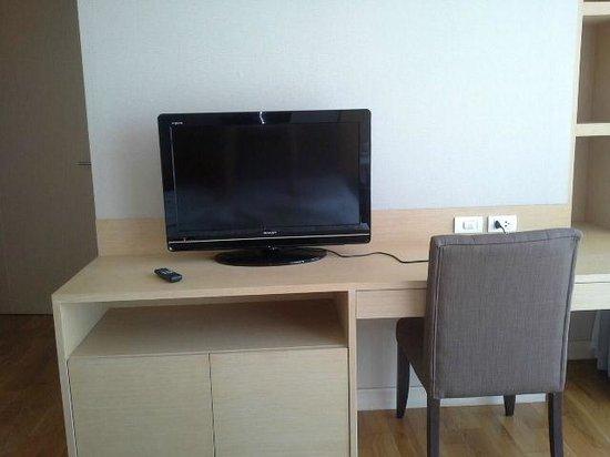 39 Boulevard Executive Residence Hotel: TV in bedroom