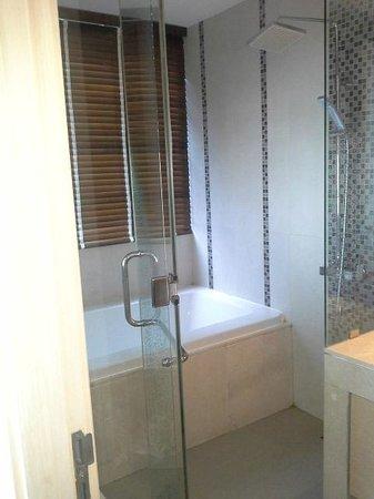39 Boulevard Executive Residence Hotel: bathtub