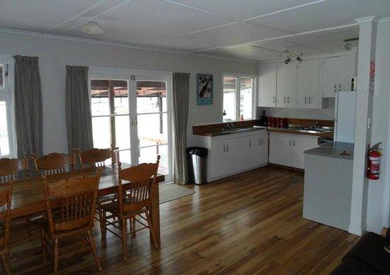 Lake Maraetai Lodge: Kitchen Area
