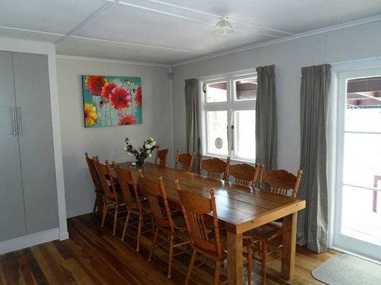 Lake Maraetai Lodge: Dining Table
