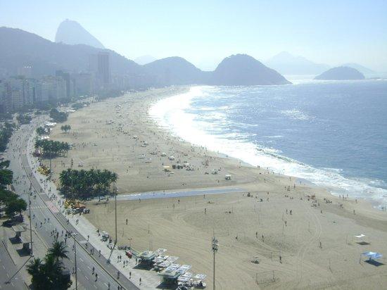 Pestana Rio Atlantica : Vista da piscina para a praia de Copacabana