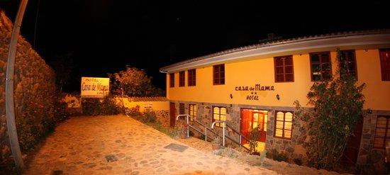 Hotel Casa de Mama Valle: fachada de noche