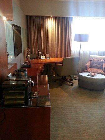 Sandton Sun: Large work space and Nespresso machine