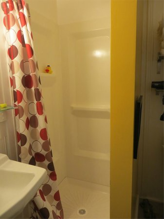 The Motor Lodge: Room # 8 - Shower
