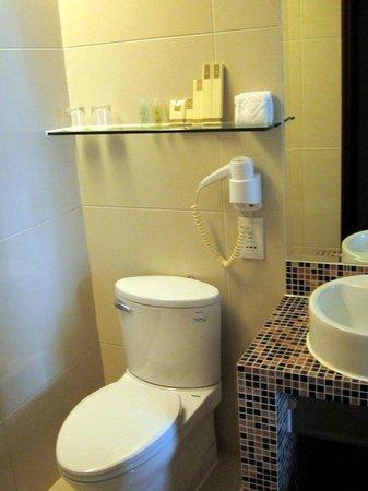 Grandview Hotel: Shower, no tub.