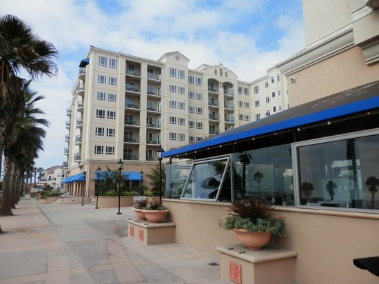 Wyndham Oceanside Pier Resort: View from the street