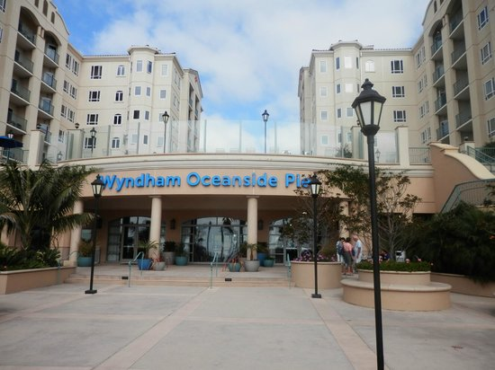 Wyndham Oceanside Pier Resort: Front of the resort