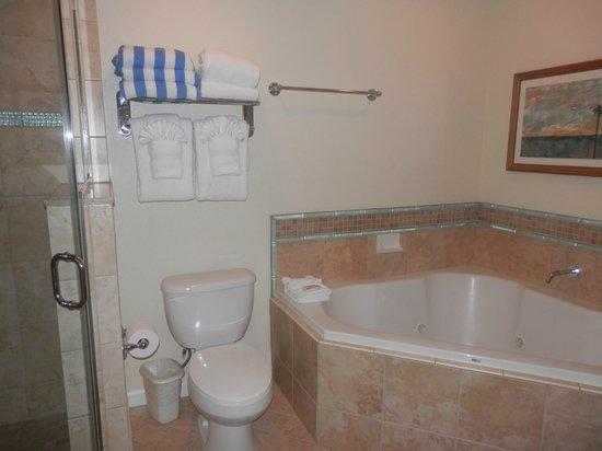 Wyndham Oceanside Pier Resort: Bathroom with jacuzzi tub