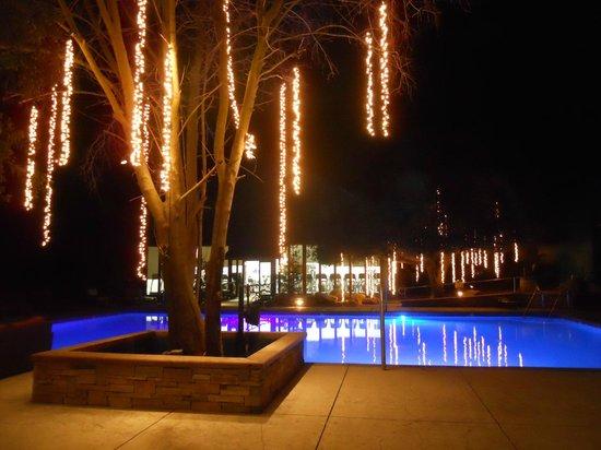 Wellfit Malibu : Night time near the pool