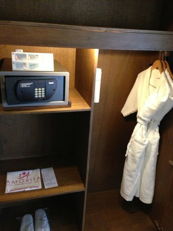 Amorita Resort: Closet/safe in villa