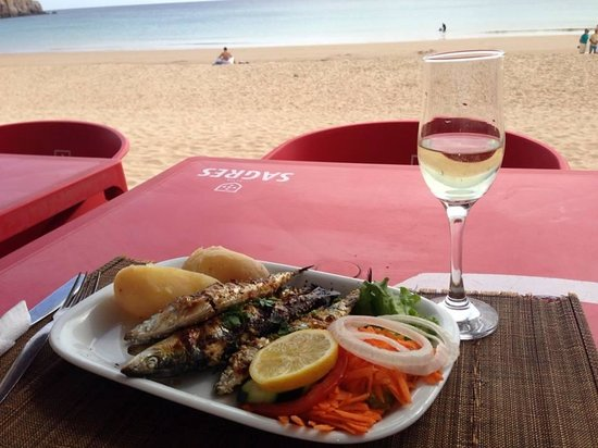 Raposo: Grilled sardines and vino verde