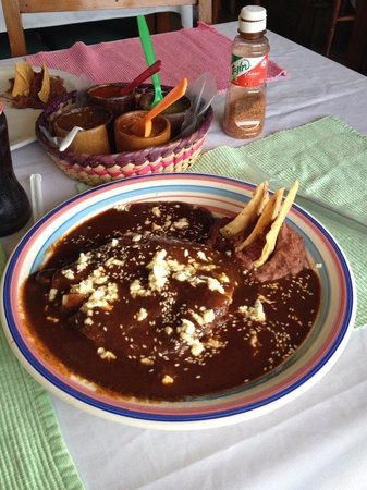 Totopos Restaurante Mexicano: Enchiladas de mole poblano.