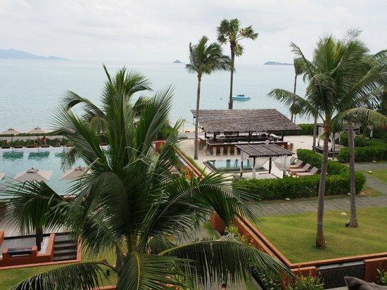 Hansar Samui Resort: View of the pool bar from my room.