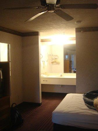 Econo Lodge West: Spacious side room