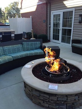 Residence Inn Tallahassee North/I-10 Capital Circle: Fire pit in the courtyard area of the hotel