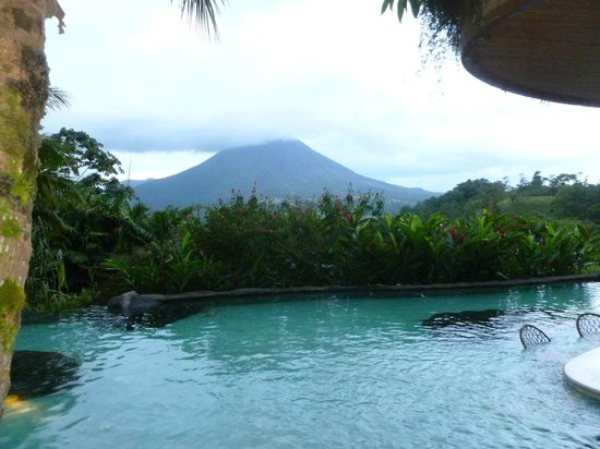 The Springs Resort and Spa: Main pool with view of Arenal volcano