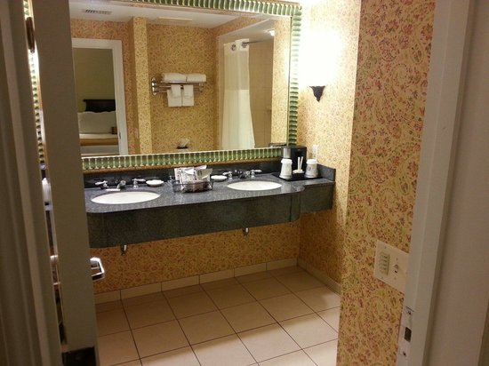 The King and Prince Beach and Golf Resort: Bathroom view 1