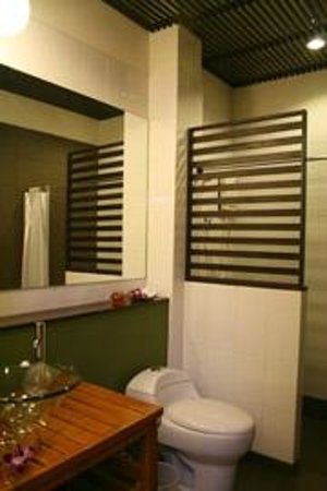 Aura Relaxing & Spa Hotel : ห้องน้ำ