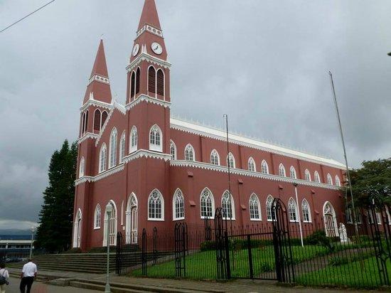 Cathedral: Portada y naves basilicales