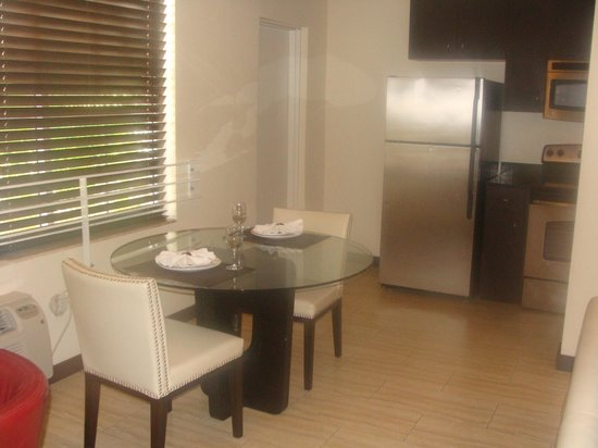 Tradewinds Apartment Hotel: Cocina totalmente equipada