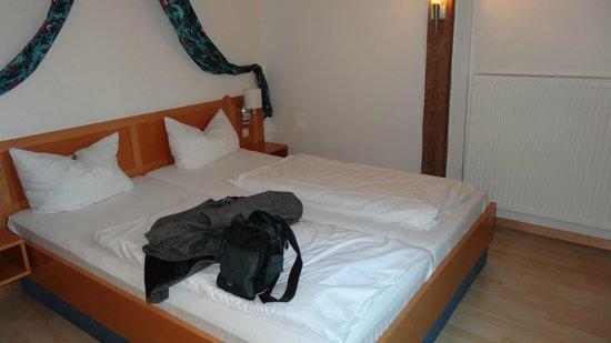 Hotel Restaurant Roter Hahn: Room