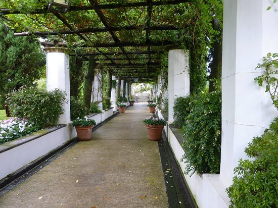 Belmond Hotel Caruso: Walkway to the Belvedere pool